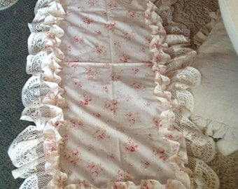 set of 4 doilies and table runner