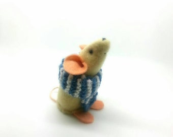 Handmade felt mouse, with his warm knitted scarf. Perfect for a gift for animal lover or collector - Scarf Mouse