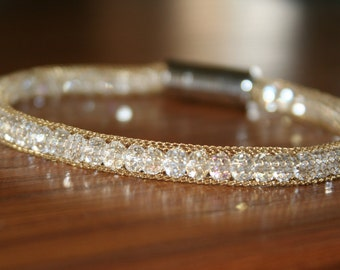 bracelet with crystal beads in a gold plated network chain with a magnetic clasp