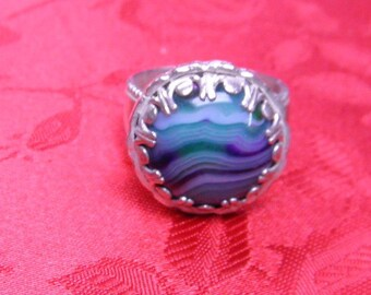 This ring is a size 9 1/4 , it has a beautiful 20 mm onyx agate in it.