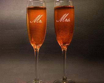 Mr and Mrs Champagne Glass, Custom Engraved Toasting Flute, Mr Mrs Flutes, Mr and Mrs Champagne Flute, Engraved Wedding Flutes, Set of 2