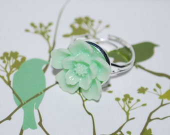 Adjustable ring - small pale green flowers
