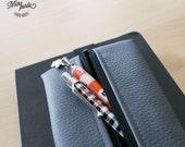Astuccio portapenne da portare sul quaderno con elastico, realizzato con pelle sintetica grigia