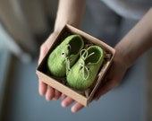 Pregnancy reveal to grandparents Green wool booties Newborn booties Baby shoes in a box Baby shower gift Felted unisex eco friendly shoes