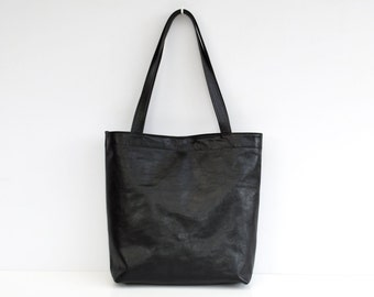 Classic leather tote bag in black
