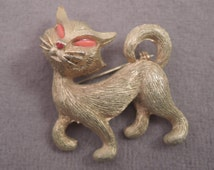 Signed JJ Gold Tone and Coral Bead Cat Pin 1970s