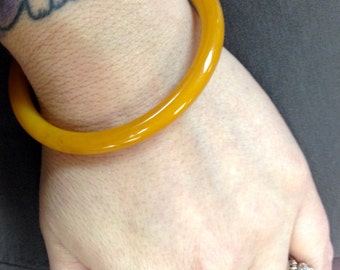 BAKELITE - Vintage 30's deep butterscotch dome bangle bracelet