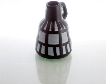 Small black and white vase, Strehla keramik.
