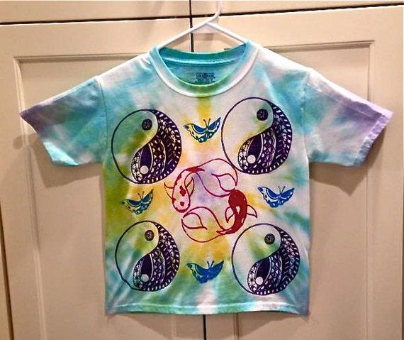 Hippie enfants arc en ciel tie dye t shirt avec yin yang for Koi papillon