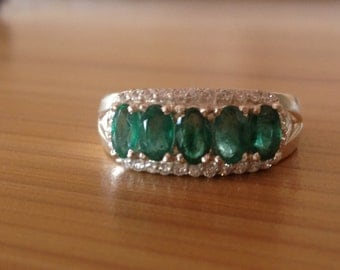 A beautiful 6 carat emerald ring in 925 sterling silver