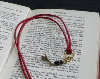 Bookmarks Bordeaux suede pendant with black beads and a small golden Eiffel Tower.