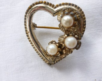 Heart shaped gold tone pin with faux pearls