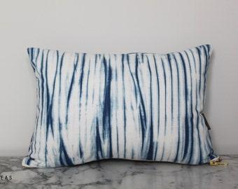 Cushion Indigo balances - small cushion dyed indigo shibori technique, cotton and silk Twill, Golden zip, natural kapok wadding