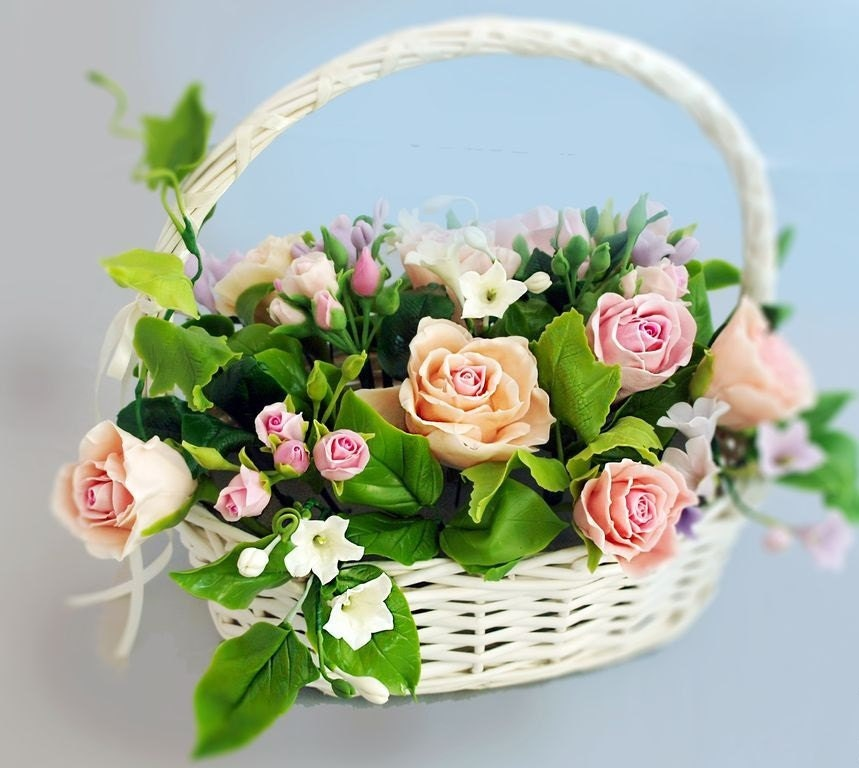 Arrangements de fleurs d coration panier avec roses et for Decoration avec des roses