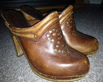 True Vintage Qualicraft Brown Leather Wood Platform Mule Clog Heels with Brass Studs Size 5 1/2- Well worn vintage condition