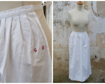 Vintage French Edwardian simple  white cotton apron with tiny red monogram /1 pocket