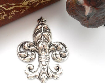 SILVER Ornate Fleur De Lis Stamping ~ Jewelry Antique Silver Findings (FA-6095)
