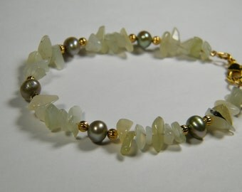 Pale green Serpentine with olive cultured freshwater pearls, beaded bracelet