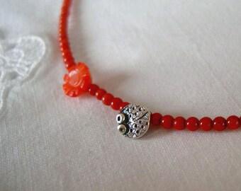 Colgante mariquita mini con coral/ Laidybird necklace with coral