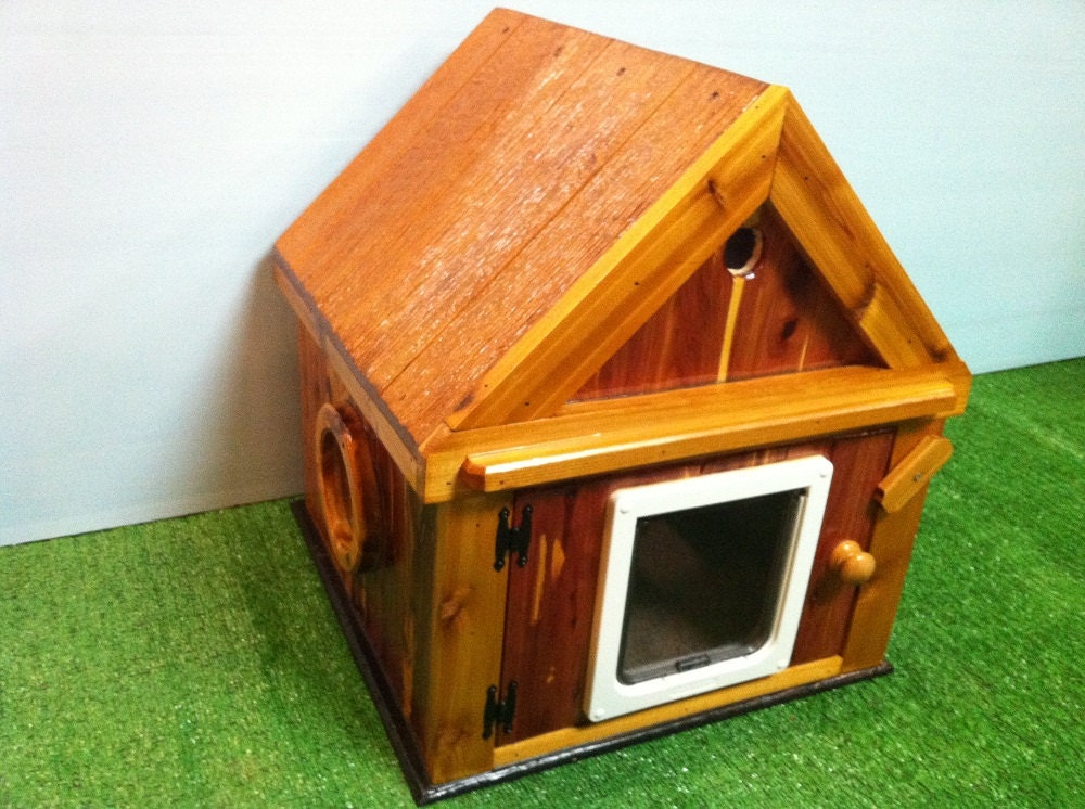 heated cedar outdoor cat house 2 doors ships next bus. Black Bedroom Furniture Sets. Home Design Ideas