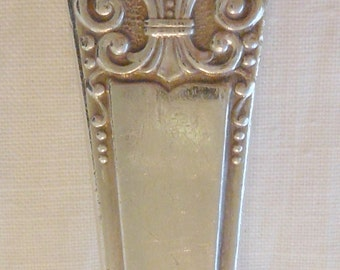 1941 Rogers Deluxe Plate spoon in the Precious pattern