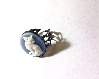 Classic blue and white cat Cameo Ring