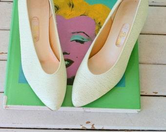 1980s Vintage MINT Satin Hollywood High Heels...size 7 women..glam. heels. pumps. shoes. wedding. bride. fabric heels. satin heels. dyeables