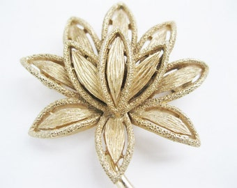 Avon Brooch Flower Design Goldtone Pin Vintage free shipping