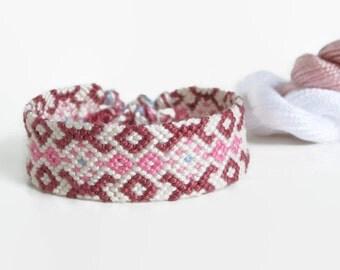 "Pink and white tribal friendship bracelet, unisex adult macrame bracelet, ethnic jewelry ""tribal pattern"" 15 cm (5,91 inches)"
