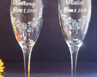 2 Personalized Wedding Champagne Flutes with engraved Floral V-Shaped Design, Free Personalization