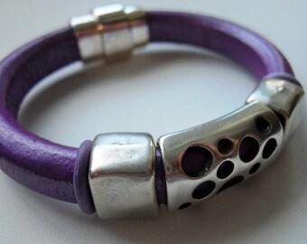 Purple Regaliz leather bracelet with silver focal bead
