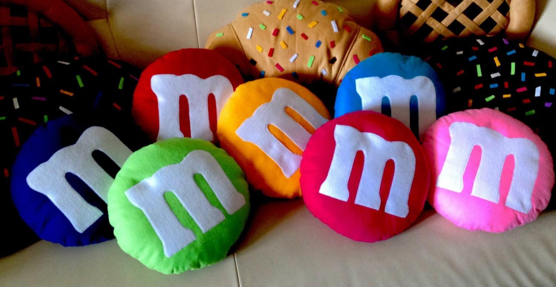 Cuscino a forma di m e m panno lenci colori a scelta 30 cm for Cuscino sushi