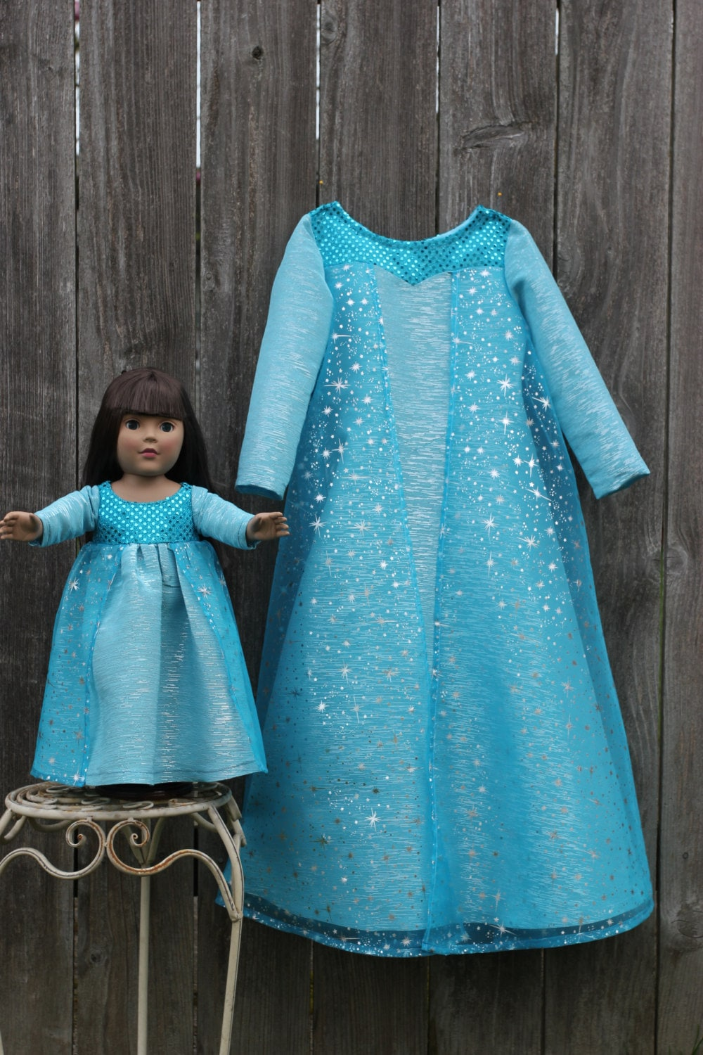 Lilli Lovebird offers handmade collections with matching dresses for girls and their dolls like e.g. American Girl.