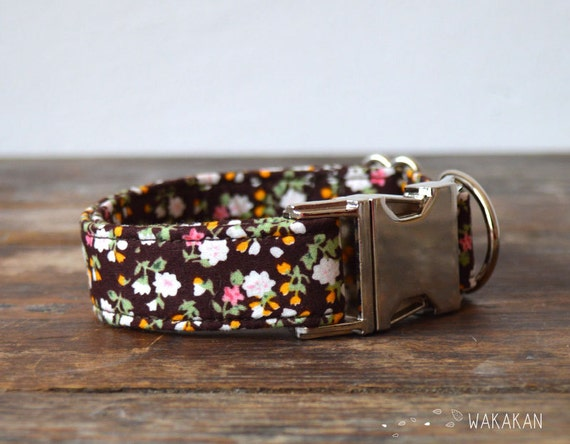 Spring dog collar. Adjustable and handmade with 100% cotton fabric. Small flowers with brown background. Wakakan