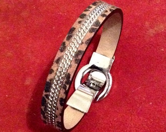 Leather bracelet leopard print with chain in the middle and magnétic clasp BUCKLE by KREATURE bijoux