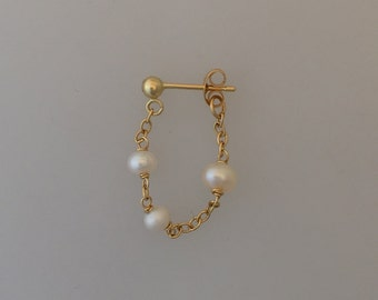 A single triple pearl/triple ruby solid 18k yellow gold chain earring