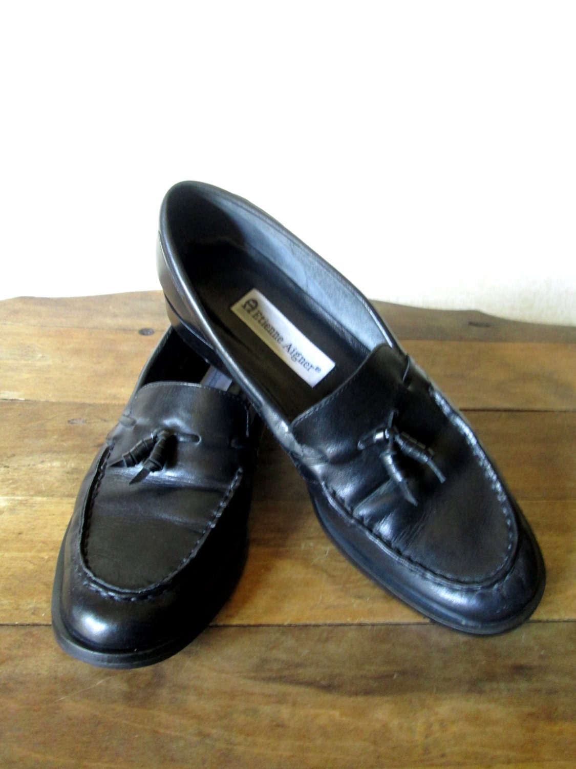 Men's Loafers The men's loafer is a versatile favourite that works equally well with smart or more relaxed attire. Wear with a men's slim fit suit and the appropriate men's accessories to cut a fine figure or a pair of chinos and one of our short or long sleeved shirts.