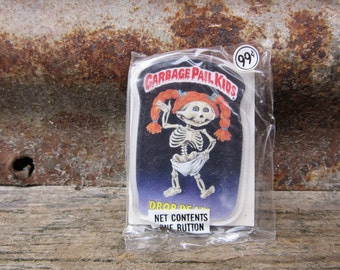 Vintage Garbage Pail Kids DROP DEAD! Card Button Pin Back Plastic Card Topps 1986 Unopened Gag Gift Party 80s GPK Collectible 1980s vtg