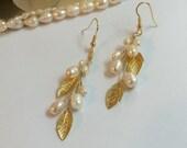 Wedding earings. Bridal earings. White pearl earrings. Goldplated earrings. White Dangle Earrings. Bridal Accessories. Wedding jewelry.