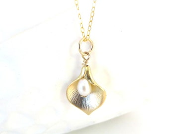 Gold Calla Lily Necklace Freshwater Pearl Necklace Gold Necklace Gold Flower Charm Gold Bridesmaid Necklace Pearl Wedding Pearl Bridesmaid