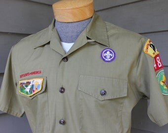 vintage 1970's -Boy Scouts of America- Men's short sleeve shirt w/ button loop collar. South Carolina patches. Medium