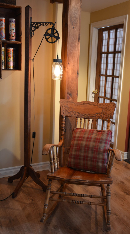 lampe original sur pied une pat re en bois sert de pied de. Black Bedroom Furniture Sets. Home Design Ideas