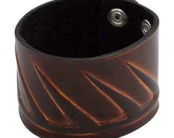 Textured band bracelet, Wide brown leather bracelet with embossed and highlighted diagonal stripes, Chunky handmade leather cuff bracelet