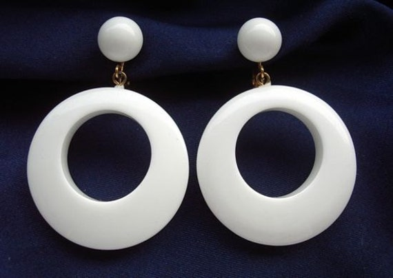 white plastic hoop earrings crown trifari signed vintage 1960 s mod big white 7365