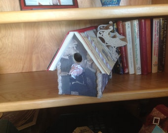 This upcycled Christmas birdhouse has a retro feel to it.