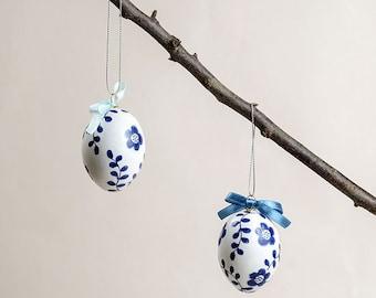 Pâques oeufs Home Decor - bleu. Français Country Cottage Pâques Home Decor. Décoré des oeufs blancs avec des fleurs bleues Decoupaged et nœuds de Satin.