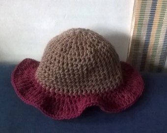 spring/summer hat with embellishment made of light weight yarn