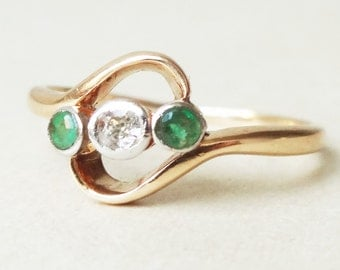 Antique Emerald & Diamond Trilogy Twist 18k Gold Engagement Ring Approx. Size US 3.75