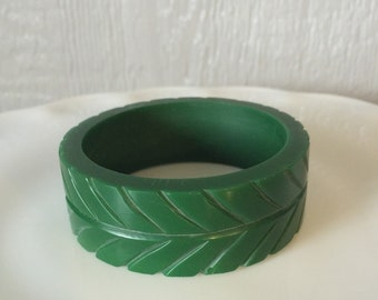 Vintage Jalapeño Green Thick Carved Bangle Bracelet Faux Bakelite