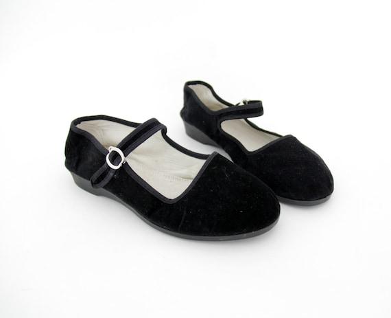 Vintage shoes / black velvet Chinese Mary Jane flats / size